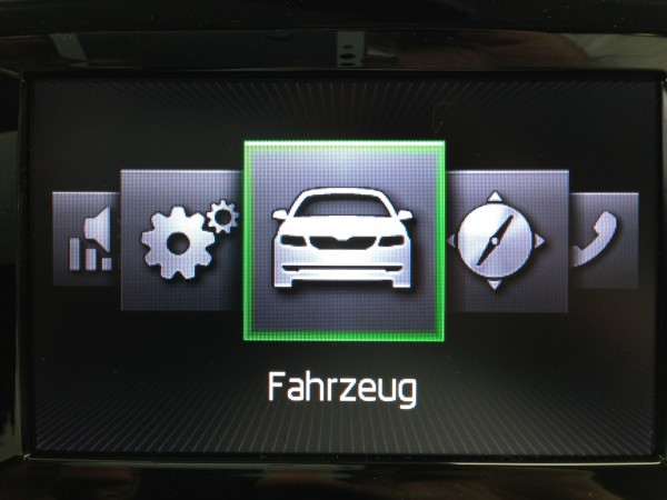 "Menüpunkt ""Fahrzeug"" oder Taste ""Car"" anwählen"